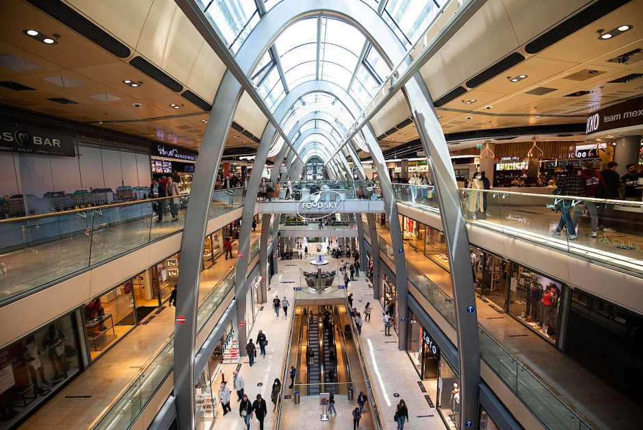 Neue Regeln zum Einkaufen: Passanten gehen mit Mundschutz und Abstand durch das Einkaufszentrum Europapassage in der Hamburger Innenstadt.