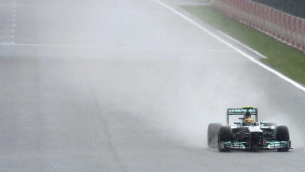 Der Regen spült Hamilton nach vorne