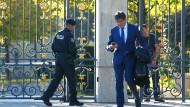 Der Unternehmer Ivica Todoric vor seinem Familienanwesen kurz bevor ein internationaler Haftbefehl gegen ihn erlassen wird.