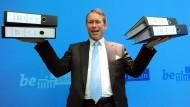 Berlins Finanzsenator macht es Wowereit nach