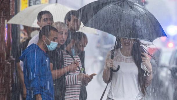 Starkregen schwemmt Autos weg und flutet Keller