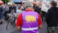 """Für die Initiative """"Deutsche Wohnen & Co. enteignen"""" werden Unterschriften auf einer Demonstration im Stadtteil Wedding gesammelt."""