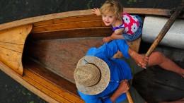 Mit Opa in einem Boot