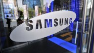 Das Logo von Samsung an einer Tür zu einem Showroom in Seoul.