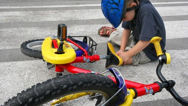 Vom Klettergerüst Auf Den Rücken Gefallen : Erste hilfe bei kindern tipps für den notfall