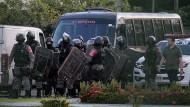 Brasilianische Sicherheitskräfte versammeln sich am Montag vor einem Gefängnis in Manaus.