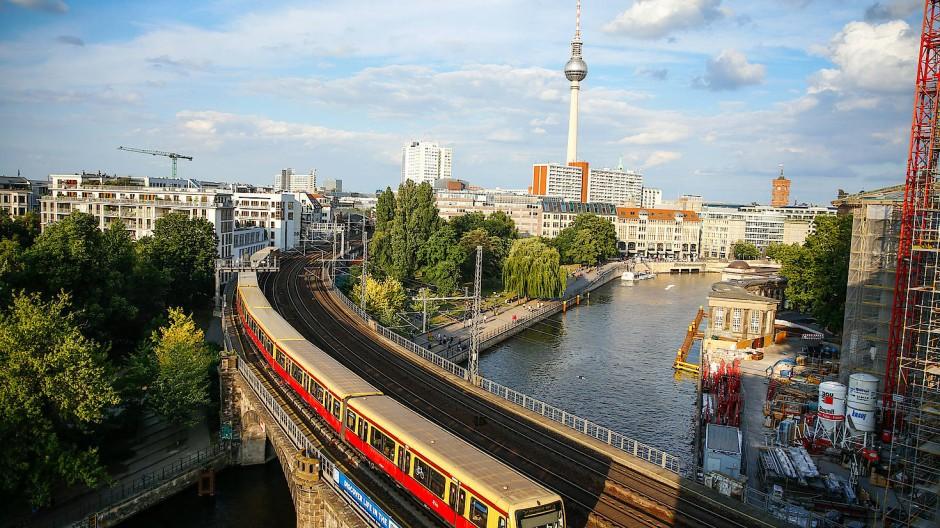 Blick auf den Bahnhof Alexanderplatz und die Spree in Berlin