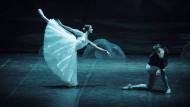 Das ist der Fluch des letzten Tanzes! Albrecht (rechts) wird von Giselle totgetanzt – jedenfalls beinahe.