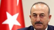 Finstere Miene: Der türkische Außenminister Mevlüt Cavusoglu will die Beziehungen zu Österreich neu überdenken.