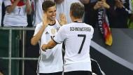 Ein ganz besonderer Moment für Julian Weigl, als er im Abschiedsspiel von Bastian Schweinsteiger für ihn eingewechselt wurde.