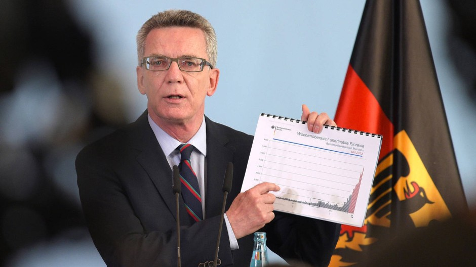 Innenminister Thomas de Maizière (CDU) stellt die neue Prognose für Flüchtlingszahlen in Deutschland vor.