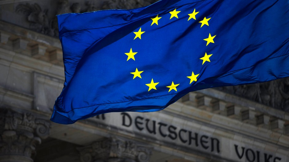 Die Europa-Flagge vor dem Reichstagsgebäude in Berlin.