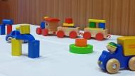 Viele Holzspielzeuge sind nach Angaben der Stiftung Warentest gefährlich.