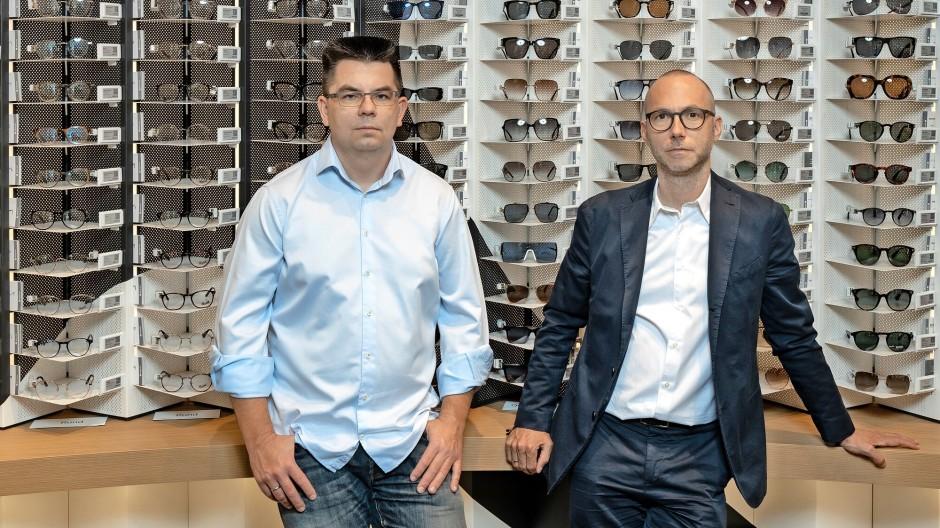 Manager mit Durchblick: Vorstände Dirk Graber und Mirko Caspar (rechts) in der Filiale von Mister Spex in Berlin-Steglitz
