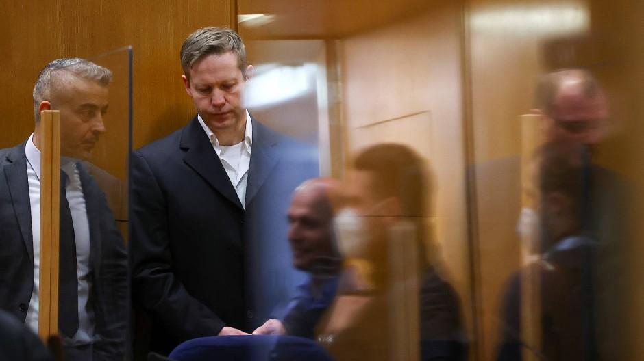 Der Hauptangeklagte im Prozess um den Mord am Kasseler Regierungspräsidenten Lübcke, Stephan Ernst (rechts), mit seinem Anwalt  am Tag der Urteilsverkündung