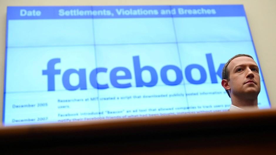 Mark Zuckerberg spricht bei einer Anhörung.