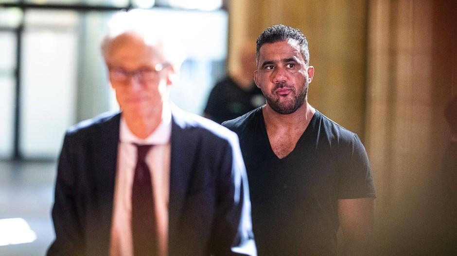 Arafat Abou-Chaker im vergangenen Sommer hinter seinem Anwalt im Gericht
