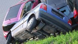 """Polo """"parkt"""" auf zwei anderen Autos liegend"""