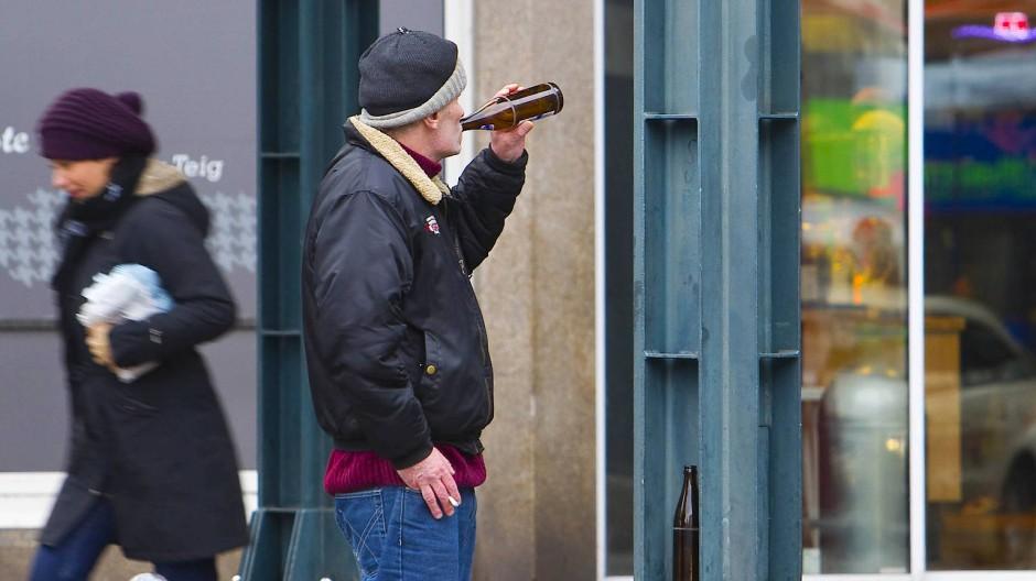 Kein Allheilmittel: Trotz Alkoholverbots wird rund um den Hauptbahnhof auch öffentlich getrunken.