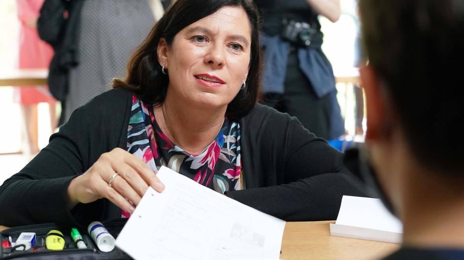 In der Sommerschule: Bildungssenatorin Sandra Scheeres