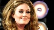 """Knüpft mit """"Skyfall"""" mühelos an die Bond-Legende Shirley Bassey an: die britische Sängerin Adele"""