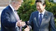 Die Kunst des Händeschüttelns: Trump und Abe in Tokio.