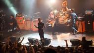 """Kurz vor dem Angriff: Die """"Eagles of Death Metal"""" auf der Bühne im Bataclan"""