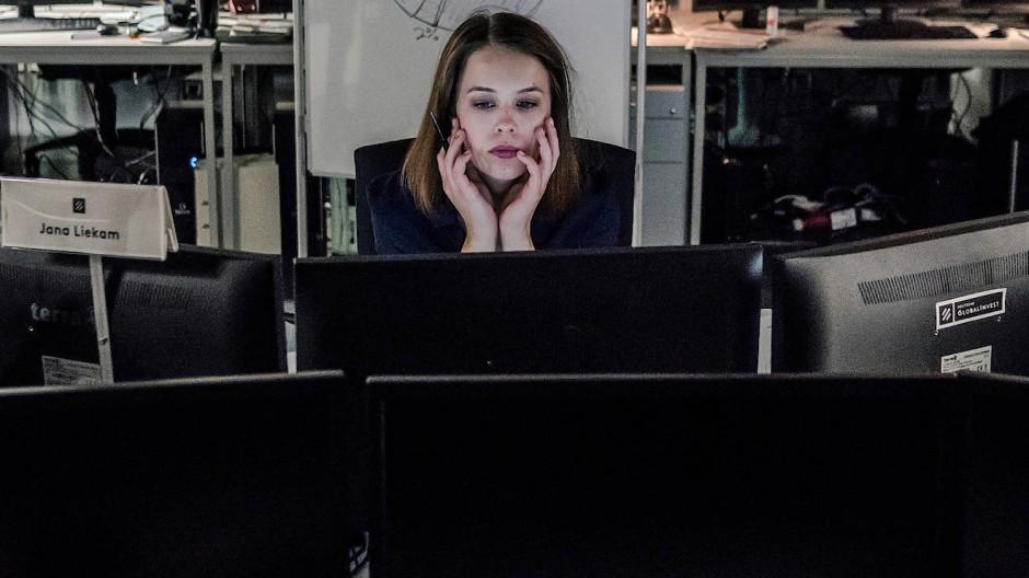 """Will Karriere machen, egal für welchen Preis: Jana Liekam (gespielt von Paula Beer) in der ZDF-Serie """"Bad Banks""""."""