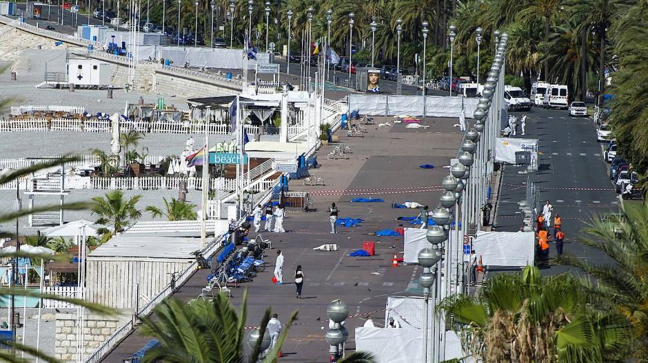 Spurensicherer am Tatort in Nizza, an dem am 14. Juli 2016 86 Menschen durch einen LKW-Anschlag getötet wurden.