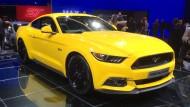 Aufgalopp: Über Jahrzehnte gab es den Ford Mustang in Deutschland nur beim Grauhändler. 2015 parkt er im Schaufenster neben dem Focus, mit rassigem 5,0-Liter-V8 dürfte der Preis weit jenseits der 50.000 Euro liegen.