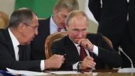 Antwort an den Westen: Russlands Präsident Putin und sein Außenminister Lawrow - hier im vergangenen Oktober in Sotschi – lassen zahlreiche Diplomaten ausweisen.