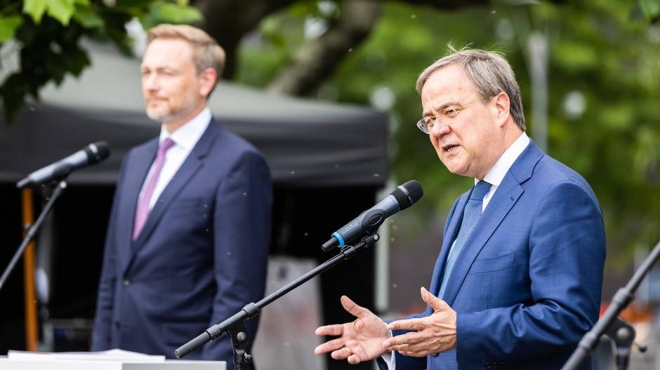 In Nordrhein-Westfalen haben sie schon koaliert, im Bund würden sie es gern: FDP-Chef Christian Lindner und der CDU-Vorsitzende Armin Laschet Ende Juni in Düsseldorf.