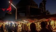 Geschäfte vor der Baustelle der Moschee am Taksim-Platz in Istanbul