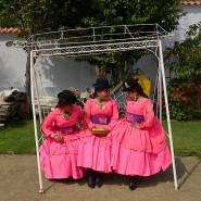 Mitglieder des Morenada Tanzvereins warten auf den Dreh eines Musikvideos im Garten eines Hauses in Lipari, einem Dorf, das in der Nähe von La Paz liegt.