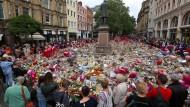 Ein Meer aus Blumen, Kerzen und Andenken in Erinnerung an die Opfer des Terroranschlags auf ein Popkonzert am 03. Juni 2017 auf dem St. Ann's Square in Manchester.