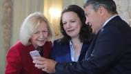 Politiker sollten nicht allzu stolz auf viele ihrer Twitter-Follower sein: Bundesbildungsministerin Johanna Wanka, Arbeitsministerin Andrea Nahles und Wirtschaftsminister Sigmar Gabriel.