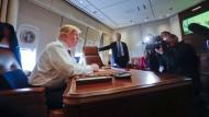 Vielflieger: Donald Trump in der Air Force One auf dem Weg zur Andrews Air Force Base in Maryland