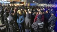 Polizisten umringen an Silvester vor dem Hauptbahnhof in Köln eine Gruppe südländisch aussehender Männer.