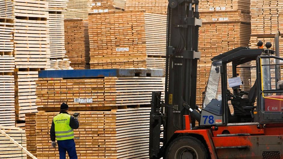 Kiefernholz wird heutzutage fast nur noch für Teile eines Möbels benutzt, die man nicht sieht. Dabei ist das Holz billig und in großer Masse vorhanden.