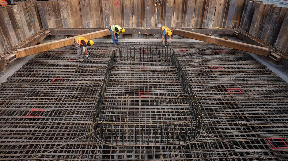 Die Gründung eines neuen Brückenpfeilers ist schon im Gang. Denn nach der Sprengung soll der Neubau schnell beginnen.
