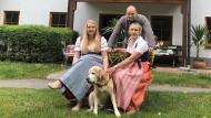 Monika Angermann und ihre Familie vor dem Familienhotel Alpenpark in Kochel am See