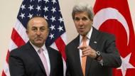 Der amerikanische Außenminister John Kerry (r.) bei einem Treffen mit seinem türkischen Amtskollegen Mevlut Cavusoglu