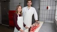Züchten auch selbst: Arlena Homola und Jannick Scheibner haben eine Schafherde, die das Angebot bereichert.