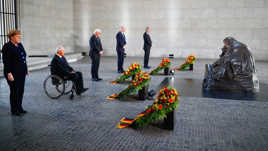 Merkel und Steinmeier gedenken Weltkriegsende