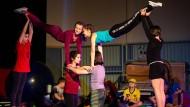 Dresdner Waldorfschüler üben während des Zirkusunterrichts