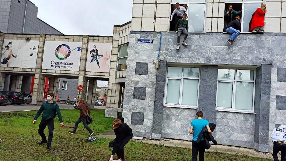 Auf der Flucht: Studenten springen aus den Fenstern an der Universität in Perm