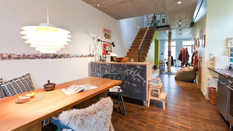 Offenes Wohnen im Erdgeschoss: Von der Küche aus haben die Bewohner den Durchblick – auch in die obere Etage. Der Platz unter der Treppe wird als Garderobe genutzt