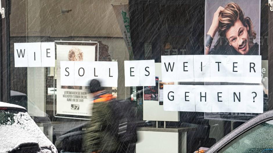 Friseursalon in Bad Homburg: Wie soll es weitergehen? fragen sich angesichts der coronabedingten Schließung auch noch viele andere Geschäfte.