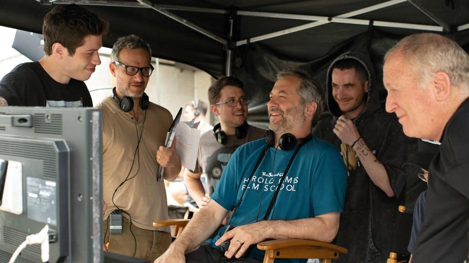 Der König der erfolgreichen Hollywood-Komödien: Drehbuchautor, Regisseur und Produzent Judd Apatow (sitzend) am Filmset.