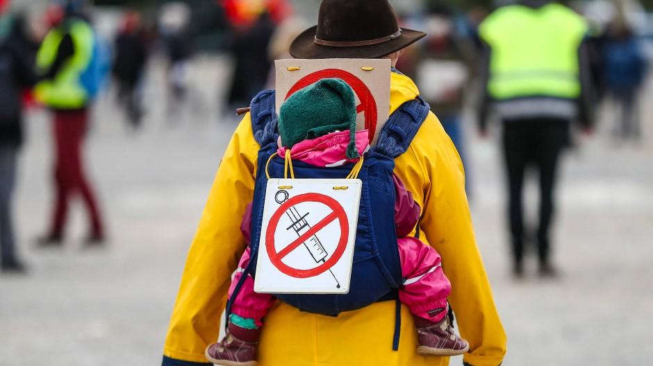 """Eine Impfgegnerin während einer Kundgebung der Initiative """"Querdenken"""" in Stuttgart (Archivfoto)"""